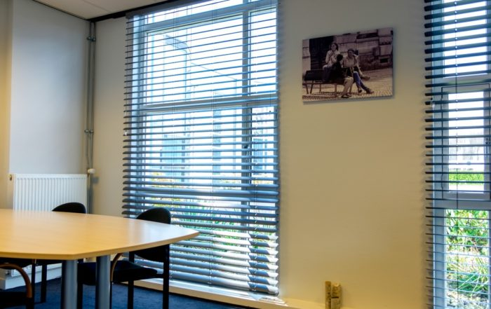 Binnenschilderwerk - raamdecoratie bedrijfspand